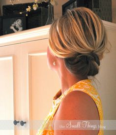 Really easy to do updo for folks with shoulder length hair.if I ever cut my hair that short. Short Hair Up, Short Hair Styles, Thick Hair, My Hairstyle, Pretty Hairstyles, Hairstyle Ideas, Non Blondes, Corte Y Color, Messy Buns