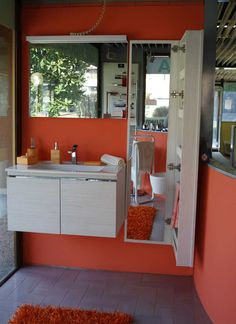 Base sottolavabo cm 81x35 con lavabo in pietraluce, Specchio 80x60 con lampada neon e presa interruttore. Colonna con specchio interno cm 160x40x15 con 5 scomparti