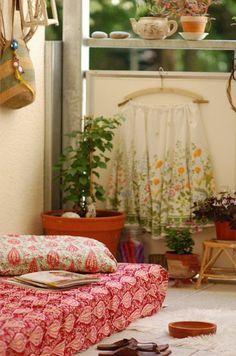orientalisch stil balkon bepflanzen blumenkasten matratze