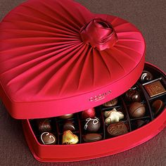 but FILLED with their White Chocolate Raspberry Starfish.Oh MY GODIVA! would make a great valentine's chocolate box! Chocolate Day Images, I Love Chocolate, Chocolate Gifts, Chocolate Lovers, My Funny Valentine, Valentine Day Love, Valentine Treats, Mini Desserts, Heart Shaped Chocolate