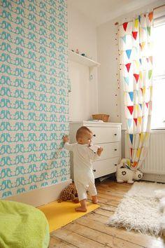 chambre bebe avec sol en planchers clairs et rideaux voilage enfant