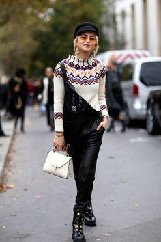 Stylisher Herbstlook: Caro Daur trägt ihre Schiebermütze zum Norwegerpulli von Loewe und schwarzer Latzhose. Cooler Look, Mode Inspiration, Fashion Inspiration, Everyday Dresses, Glamour, Fall Winter Outfits, Street Style Women, Fashion Beauty, Women's Fashion