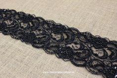 Puntilla negra bordada con pedrería y abalorios, puede quedar muy especial en un corte a la cintura/cadera, para alargar un bajo, unos puños e incluso a modo de cinta en el pelo.