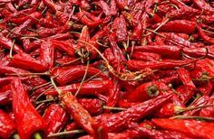 Most of the health benefits of spicy foods appear to center around capsaicin, the ingredient that makes chili peppers hot. Turmeric And Pepper, Capsicum Annuum, Red Chili Peppers, Kinds Of Fruits, Spices And Herbs, Stuffed Hot Peppers, Spicy Recipes, Fruits And Vegetables, Stuffed Peppers