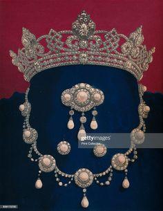 Royal Crown Jewels, Royal Crowns, Royal Tiaras, Royal Jewelry, Tiaras And Crowns, Silver Jewelry, Pearl And Diamond Necklace, Diamond Tiara, Diamond Necklaces