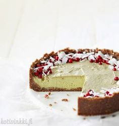 Raakakakku avokadosta ja banaanista - kurkkaa resepti! | Kotivinkki Raw Food Recipes, Cookie Recipes, Dessert Recipes, No Bake Desserts, Delicious Desserts, Yummy Food, Healthy Treats, Healthy Baking, Healthy Food