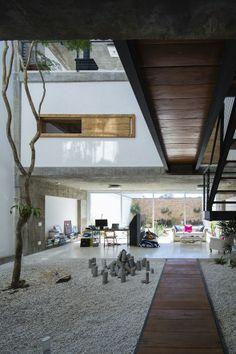 een hart in een gebouw en gebruik van ruwe materialen, contrast in materialen; M&M Residence by Bonina Architecture in Sao Paulo