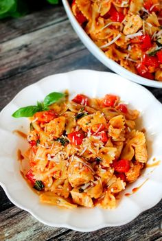 Bruschetta chicken pasta is loaded with fresh tomatoes, basil, and juicy chicken. Adding a secret ingredient at the end, takes this dish to the next level! Pasta Recipes, Chicken Recipes, Dinner Recipes, Cooking Recipes, Healthy Recipes, Cooking Pasta, Healthy Chicken, Delicious Recipes, Yummy Food