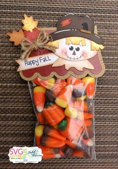 The Cricut Bug: Scarecrow Treats project for fall Fall Paper Crafts, Candy Crafts, Holiday Crafts, Paper Crafting, Holiday Recipes, Diy Halloween, Halloween Treat Bags, Halloween Cards, Thanksgiving Favors