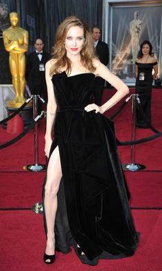 Angelina Jolie, una de las más esperadas sobre la alfombra roja, ha elegido un vestido en negro de Atelier Versace escote asimétrico y gran abertura en la falda. Angelina, como hizo en los Globos de oro, sigue fiel a Donatella Versace.