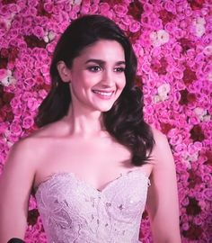 In just a few years, Alia Bhatt has earned great success and made established herself in cinema. Bollywood Images, Bollywood Celebrities, Bollywood Fashion, Bollywood Actress, Bollywood Style, Alia Bhatt Photoshoot, Hairstyles For Gowns, Aalia Bhatt, Alia Bhatt Cute