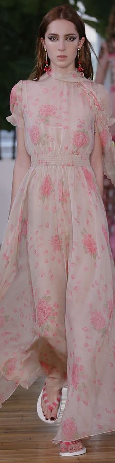 Valentino Resort 2018 Fashion Show Dior Fashion, Runway Fashion, Fashion Show, Fashion Design, Christian Dior, Valentino Resort, Evolution Of Fashion, Beautiful Gowns, Pretty Dresses