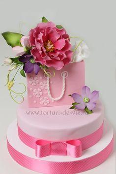 Torturi - Viorica's cakes: Tort aniversar cu flori si punga cadou