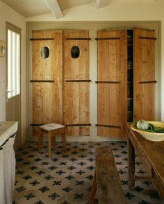 Le carrelage de récup', les placards aux portes anciennes et le mobilier ne peuvent laisser une seconde imaginer que cette pièce a été construite de toute pièce