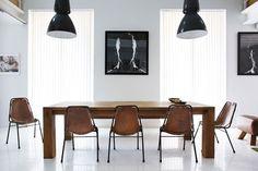 bruine stoelen en een bruine tafel