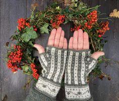 Ravelry: småsten/ Pebbles pattern by Cia Edholm, Ciasbod Wrist Warmers, Fingerless Gloves, Ravelry, Free Pattern, Knitting Patterns, Fingerless Mitts, Wristlets, Knit Patterns, Sewing Patterns Free
