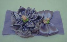 Faixa em meia de seda lilás com linda flor, bico e laço com detalhes em flores de biscuis. R$ 13,90