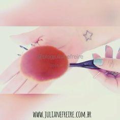 Vídeo rapidinho só para mostrar a qualidade dos pincéis e de como eles são flexíveis e super macios. 👌👏👏👏 Tem post no blog contando onde eu comprei por apenas 32 reais, para que servem e muito mais. 💻🖱 Acesse o blog: www.julianefreire.com.br🔎 Palavra-chave: PINCÉIS OVAIS 😘💋❤