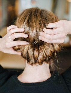 Cette coiffure sera idéale pour twister le look tee-shirt/jean/baskets !