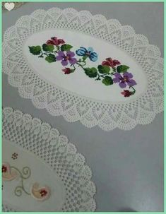 Crochet Patterns combine The combination of cloth and lace crochetedCrochet Doily Borders – free pattern More Patterns Like This!This Pin was discovered by Ser Crochet Tablecloth, Crochet Doilies, Crochet Lace, Thread Crochet, Crochet Stitches, Baby Knitting Patterns, Crochet Patterns, Hand Embroidery Designs, Crochet Designs