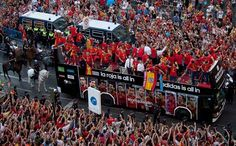 優勝パレード。すごい人だなぁ、当たり前か。