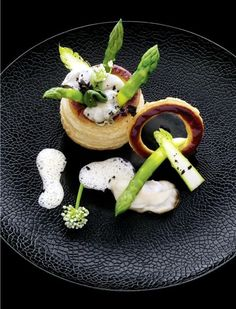 60 Smart and Creative Food Presentation Ideas : Here's taking a look at few innovative, smart and creative food plating ideas. These are real steals! Simplicity is the key. That's the best pointer to succeed Chefs, Gourmet Recipes, Cooking Recipes, Sushi Recipes, Gourmet Desserts, Gourmet Foods, Plated Desserts, Michelin Star Food, Food Decoration