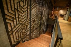 Металлические решётки на стенах в интерьере ресторана японской кухни