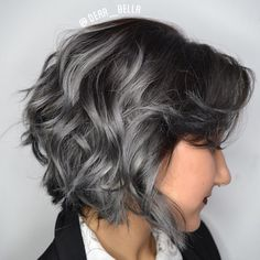 Remetendo ao tom do carvão, esta tendência de coloração é perfeita para mudar o visual de forma discreta, adicionando charme aos fios. Dark Grey Hair Charcoal, Short Brown Hair, New Hair Colors, Grey Makeup, Easy Hair, Pixies, Winter Hairstyles, Haircolor, Hair Ideas