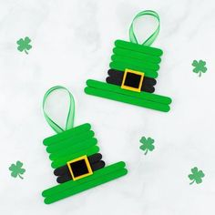 This unique and easy Leprechaun Hat craft, created from popsicle sticks, paint, and felt, is perfect for celebrating St. Patrick's Day with kids! March Crafts, St Patrick's Day Crafts, Hat Crafts, Daycare Crafts, Craft Stick Crafts, Spring Crafts, Toddler Crafts, Flower Crafts, Preschool Crafts
