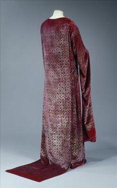 """c. 1912 tea gown by Fortuny(?, maker not listed, just my guess) made of """"velours rouge imprimé or. Perles de verre rouges"""" Galliera musée de la Mode de la Ville de Paris"""