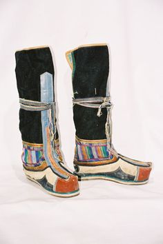 Bhutan /  Men's boots 'tshoglam'.  Felt upper with coloured cloth and leather appliqu?s, multi-layered cloth wedge and leather sole.  Middle 20st century