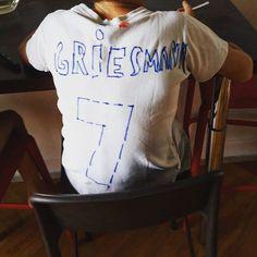 Adorable bêtise de mon neveu qui trouvait son t-shirt bien trop immaculé. Allez les bleus !!  #griesmann #presque la bonne orthographe ! . #allezlesbleus#lesbleus#grizou#griezmann#grigri#edf#equipedefrance#franceuruguay#worldcup#football#soccer#griezmann7#wearethechampions#russia2018#russia2018worldcup#nikefootball