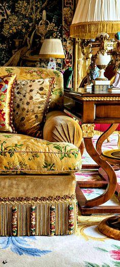 Textilien, die ein bisschen zusammenstoßen - Alidad Ltd Interiors - Sofas Decor, Furniture, Interior, Elegant Homes, Beautiful Interiors, House Interior, Furniture Trim, Furnishings, Victorian