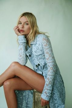 So pretty~blue lace trench coat Style Casual, My Style, All Jeans, Himmelblau, Lace Jacket, Sweater Jacket, Mode Editorials, Romantic Lace, Glamour