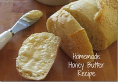 This Homemade Honey Butter Recipe is so simple to make and perfect for warm bread and toast! It's sure to become a menu staple! (Compound Butter For Corn) Homemade Honey Butter Recipe, Flavored Butter, Honey Recipes, Diy Spring, Dips, Salsa Dulce, Yummy Food, Tasty, Sauces