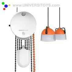 Gravity Light : Une Lampe alimentée par la Gravité. Destinée aux pays en développement, elle est rechargeable manuellement en quelques secondes pour une demi-heure d'éclairage environ : il faut remonter un sac lesté (de pierres, sable ou terre...) qui actionne une dynamo en descendant sous l'effet de la gravité. Cette lampe ne contient pas de batterie.  #gravitylight #gravité #innovation #innovation #lumiere #luminaires