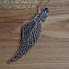 Iso enkelinsiipi Sisko amuletilla ja sinivioletilla Swarovskilla <3 Tilaa ihanuus täältä: http://www.helmipaikka.fi/tuotteet.html?id=20641/266854