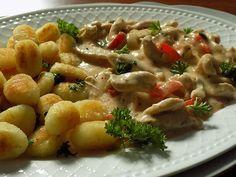 Kuřecí prsa nakrájíme na nudličky, obě cibule a kapii na kousky. Na rozehřátém oleji zprudka restujeme maso. Ihned když zbělá. přidáme cibule a... Gnocchi, Pasta Salad, Poultry, Potato Salad, Macaroni And Cheese, Chicken Recipes, Food And Drink, Treats, Cooking