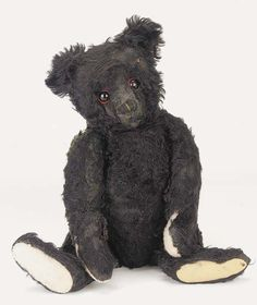 Titanic Black Mourning Bear By Steiff. The bear was one of 600 made May after the Titanic sank. Rms Titanic, Titanic History, Memento Mori, Antique Toys, Vintage Toys, La Danse Macabre, Black Teddy Bear, Titanic Artifacts, Antique Teddy Bears
