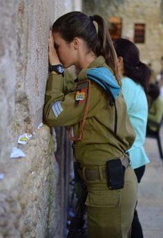 Am Chai Israel Israeli soldier at the Western Wall. Idf Women, Visit Israel, Israel Palestine, Female Soldier, Military Women, Girls Uniforms, Beautiful Women, Beautiful Clothes, Thing 1