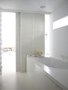 ideas bathroom white modern sliding doors for 2019 Bathroom Doors, White Bathroom, Modern Bathroom, Bathroom Interior, Kitchen Modern, Louvre Doors, Sliding Door Curtains, Design Innovation, Modern Sliding Doors