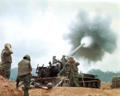 An Army at Camp Carroll provides fire support for ground forces 1968 Vietnam. Vietnam War Photos, South Vietnam, Vietnam Veterans, Vietnam History, Hanoi Vietnam, History Magazine, History Online, Green Beret, Big Guns