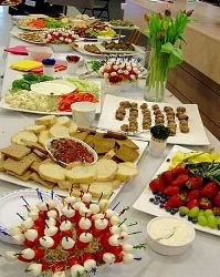 Food & Decor/  Appetizer table layout Appetizer Buffet, Appetizers Table, Appetizers For Party, Appetizer Recipes, Party Finger Foods, Party Snacks, Party Buffet, Buffet Tables, Food Decoration