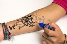 Henna Designs – The Fun and Easy Way With Stencils Henna Tattoo Stencils, Henna Tattoo Kit, Henna Kit, Simple Henna Tattoo, Tatoo Art, Easy Henna, Mehndi Designs For Hands, Henna Tattoo Designs, Mehandi Designs