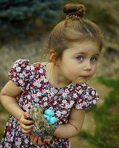 У кого глаза, голубые как яйца дрозда? Тот #Алиса Все потому что мама сегодня превратила пару десятков безликих курочкиных в супер гламурные дроздовые! Дети вечером добавили яйцам изюминки, получив в распоряжения штампики и красители... Глазурь на куличах тоже лишилась первозданности! Но мы готовы💪🏻💪🏻💪🏻
