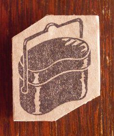 「山岳はんこ」シリーズ。キャンプで活躍、ゴハンを炊く飯盒です。飯盒のカタチが好きです。[印面サイズ]タテ:約35mm ヨコ:30mm消しゴムの上面はコルクシー...|ハンドメイド、手作り、手仕事品の通販・販売・購入ならCreema。