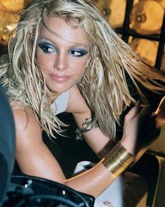 "Britney on the set of the ""I'm A Slave 4 U"" music. - unicorns, sex dreams and pop culture Dark Eye Makeup, Blue Makeup, Hair Makeup, 2000s Makeup, Britney Spears Photos, Britney Jean, 90s Hairstyles, Blue Eyeshadow, Celebrity Beauty"