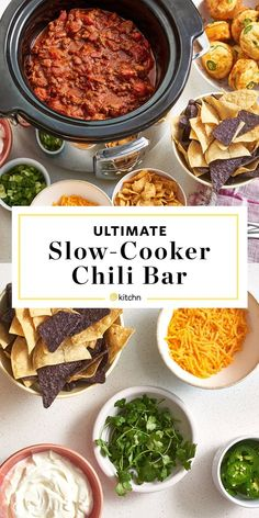 10 tips to set up a fantastic chili bar. Need ideas for the best chili party ever? Chili Bar Party, Slow Cooker Chili, Soup Bar, Party Food Bars, Food Set Up, Chili Toppings, Dinner Party Menu, Chili Cook Off, Fall Dinner