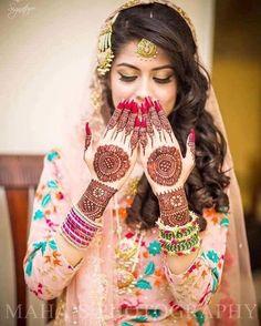 Indian Wedding Couple Photography, Indian Wedding Bride, Bride Photography, Mehendi Photography, Indian Weddings, Pakistani Mehndi Dress, Pakistani Bridal, Bridal Mehndi, Beautiful Girl Photo