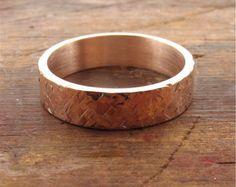 Rose gold rustikal gehämmert Ehering flachen Stil 5mm breit für einen Mann oder eine Frau.